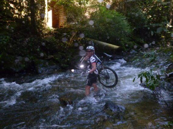 Ciclista perto de cachoeira